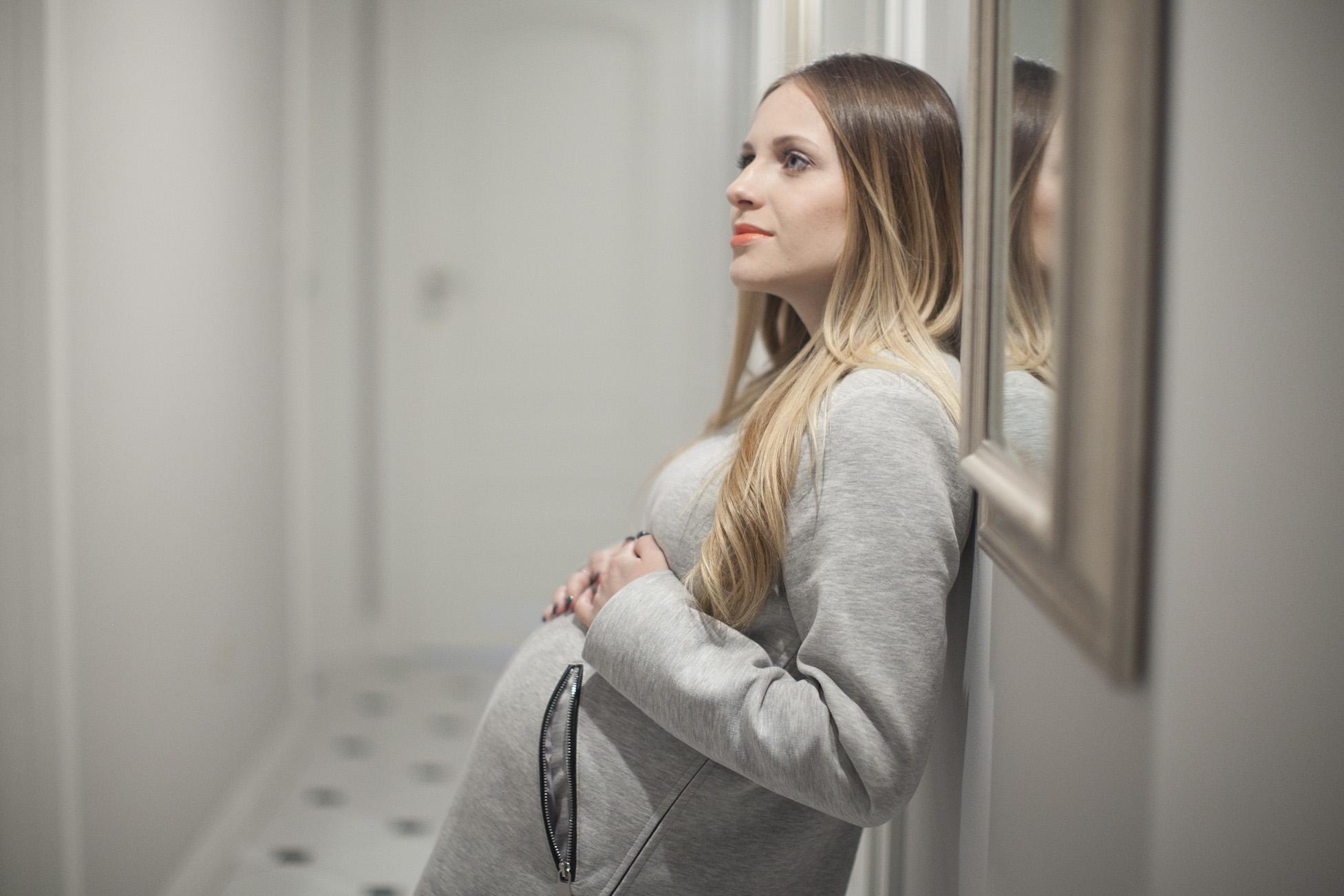 Szary płaszczyk – ciążowa stylizacja